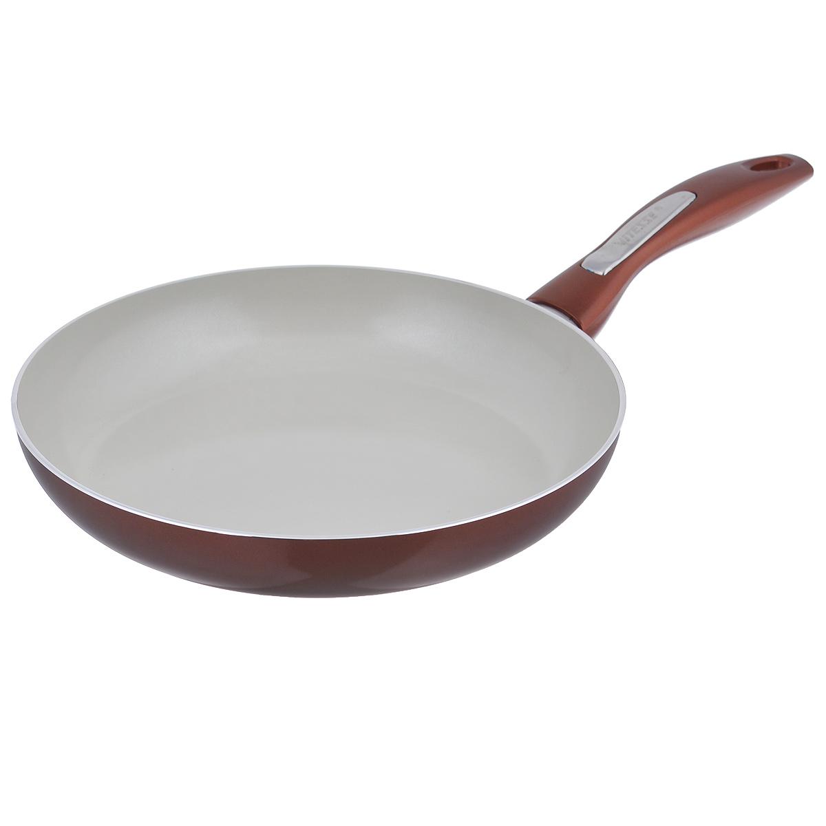Сковорода Vitesse Le Grande, с керамическим покрытием, цвет: коричневый. Диаметр 26 см. VS-2249VS-2249Сковорода Vitesse Le Grande изготовлена из высококачественного алюминия с внутренним керамическим покрытием премиум-класса Eco-Cera. Благодаря керамическому покрытию пища не пригорает и не прилипает к поверхности сковороды, что позволяет готовить с минимальным количеством масла. Кроме того, такое покрытие абсолютно безопасно для здоровья человека, так как не содержит вредной примеси PFOA. Покрытие стойко к высоким температурам (до 450 °С), устойчиво к царапинам. Внешнее силиконовое покрытие обеспечивает легкую чистку. Дно сковороды снабжено антидеформационным индукционным диском. Сковорода быстро разогревается, распределяя тепло по всей поверхности, что позволяет готовить в энергосберегающем режиме, значительно сокращая время, проведенное у плиты. Сковорода оснащена бакелитовой, высокопрочной, огнестойкой, не нагревающейся ручкой удобной формы. Сковорода пригодна для использования на всех типах плит, включая индукционные. Подходит для чистки в...