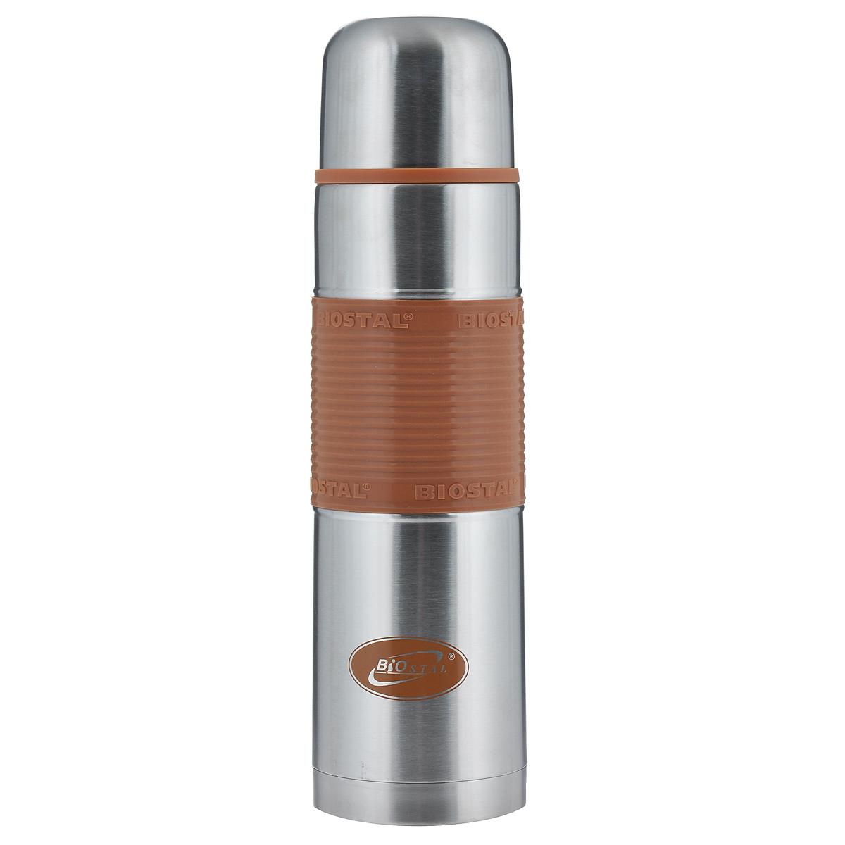 Термос BIOSTAL Fler, цвет: мокко, 1 л. NB-1000P-CNB-1000P-CТермос с узким горлом BIOSTAL Fler, изготовленный из высококачественной нержавеющей стали, относится к классической серии. Термосы этой серии, являющейся лидером продаж, просты в использовании, экономичны и многофункциональны. Термос предназначен для хранения горячих и холодных напитков (чая, кофе) и укомплектован пробкой с кнопкой. Такая пробка удобна в использовании и позволяет, не отвинчивая ее, наливать напитки после простого нажатия. Изделие также оснащено крышкой-чашкой и удобной цветной силиконовой вставкой. Легкий и прочный термос BIOSTAL Fler сохранит ваши напитки горячими или холодными надолго.