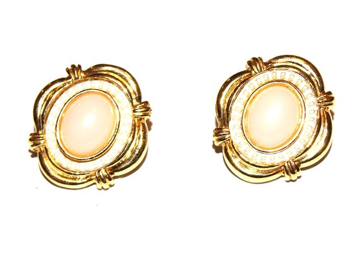 Серьги-пусеты Девичьи мечты. Бижутерный сплав золотого тона, художественное стекло, имитация жемчуга. США, 1980-е годыT-B-8397-EARR-GL.CRYSTALСерьги-пусеты Девичьи мечты. Бижутерный сплав золотого тона, художественное стекло, имитация жемчуга. США, 1980-е годы. Размер 2,5 х 2 см. Сохранность очень хорошая. Изделие не было в использовании.