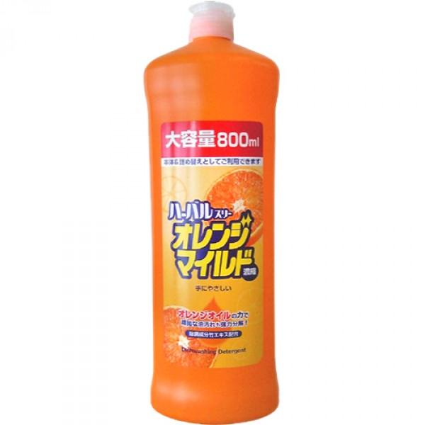 Средство для мытья посуды Mitsuei, концентрированное, с ароматом апельсина, 800 мл040351Средство для мытья посуды Mitsuei с ароматом апельсина предназначено для мытья столовой посуды, посуды для приготовления пищи, овощей и фруктов. Средство полностью удаляет трудновыводимые пятна жира. В состав средства входят натуральные ингредиенты, поэтому оно прекрасно уничтожает неприятный запах и обладает антибактериальными свойствами. Экологически чистый продукт. Экономичная упаковка! Расход в 2 раза меньше обычного средства. Средство содержит растительный экстракт безопасный для кожи рук. Не сушит и не раздражает кожу рук! Не оставляет запаха на овощах и фруктах! Средство прекрасно смывается водой с любой поверхности полностью и без остатка. Подходит для мытья детской посуды и аксессуаров для кормления новорожденных. Состав: ПАВ (нормальный 26% алкибензол сульфонат натрия, полиоксиэтилен алкил эфир, алканоламидат жирной кислоты), стабилизатор, загущающая добавка. Товар сертифицирован.