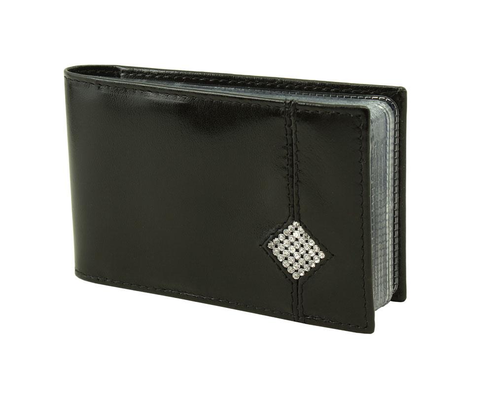 Визитница горизонтальная Dimanche Daimond, цвет: черный. 174174Компактная горизонтальная визитница Dimanche Daimond прекрасно подойдет для хранения визиток и кредитных карт. Обложка выполнена из натуральной высококачественной кожи и оформлена аппликацией из стразов в виде ромба. Внутри находится кармашек для бумаг и пластиковый блок с 16 прозрачными окошками для визиток и кредитных карт. Благодаря специальному отверстию в каждом окошке визитки легко вытаскиваются. Упаковано изделие в фирменную картонную коробку.
