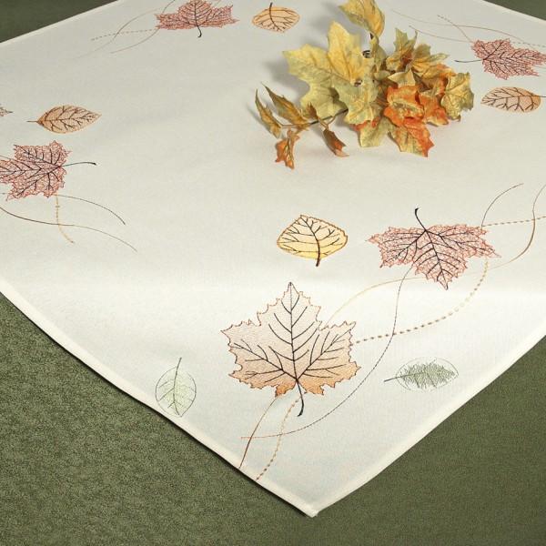Скатерть Schaefer, квадратная, цвет: молочный, 85 x 85 см. 07451-10007451-100Скатерть Schaefer изготовлена из полиэстера и украшена вышивкой в виде листочков. Изделия из полиэстера легко стирать: они не мнутся, не садятся и быстро сохнут, они более долговечны, чем изделия из натуральных волокон. Кроме того, ткань обладает водоотталкивающими свойствами. Такая скатерть будет просто не заменима на кухне, а особенно на вашем обеденном столе на даче под открытым небом. Скатерть Schaefer не останется без внимания ваших гостей, а вас будет ежедневно радовать ярким дизайном и несравненным качеством. Немецкая компания Schaefer создана в 1921 году. На протяжении всего времени существования она создает уникальные коллекции домашнего текстиля для гостиных, спален, кухонь и ванных комнат. Дизайнерские идеи немецких художников компании Schaefer воплощаются в текстильных изделиях, которые сделают ваш дом красивее и уютнее и не останутся незамеченными вашими гостями. Дарите себе и близким красоту каждый день! Изысканный...
