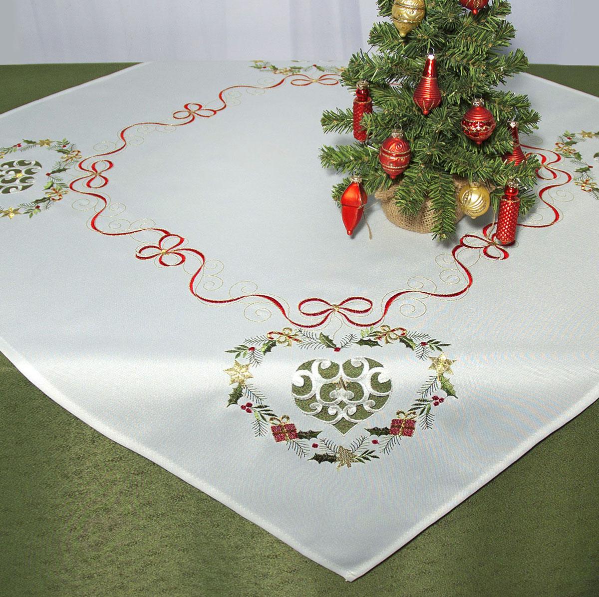 Скатерть Schaefer, квадратная, цвет: белый, 85 x 85 см. 07487-10007487-100Скатерть Schaefer изготовлена из полиэстера и декорирована вышитыми в технике ришелье новогодними подарками. Изделия из полиэстера легко стирать: они не мнутся, не садятся и быстро сохнут, они более долговечны, чем изделия из натуральных волокон. Кроме того, ткань обладает водоотталкивающими свойствами. Такая скатерть будет просто не заменима на кухне, а особенно на вашем обеденном столе на даче под открытым небом. Скатерть Schaefer не останется без внимания ваших гостей, а вас будет ежедневно радовать ярким дизайном и несравненным качеством. Немецкая компания Schaefer создана в 1921 году. На протяжении всего времени существования она создает уникальные коллекции домашнего текстиля для гостиных, спален, кухонь и ванных комнат. Дизайнерские идеи немецких художников компании Schaefer воплощаются в текстильных изделиях, которые сделают ваш дом красивее и уютнее и не останутся незамеченными вашими гостями. Дарите себе и близким красоту...