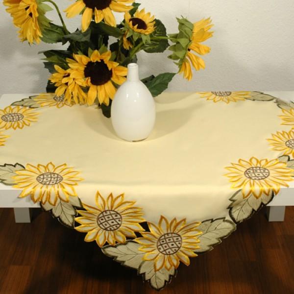 Скатерть Schaefer, квадратная, цвет: желтый, 85 x 85 см. 05695-10005695-100Скатерть Schaefer выполнена из высококачественного полиэстера. Края скатерти оформлены вышивкой в технике ришелье. Изделия из полиэстера легко стирать: они не мнутся, не садятся и быстро сохнут, они более долговечны, чем изделия из натуральных волокон. Кроме того, ткань обладает водоотталкивающими свойствами. Такая скатерть будет просто не заменима на кухне, а особенно на вашем обеденном столе на даче под открытым небом. Скатерть Schaefer не останется без внимания ваших гостей, а вас будет ежедневно радовать ярким дизайном и несравненным качеством. Немецкая компания Schaefer создана в 1921 году. На протяжении всего времени существования она создает уникальные коллекции домашнего текстиля для гостиных, спален, кухонь и ванных комнат. Дизайнерские идеи немецких художников компании Schaefer воплощаются в текстильных изделиях, которые сделают ваш дом красивее и уютнее и не останутся незамеченными вашими гостями. Дарите себе и близким ...