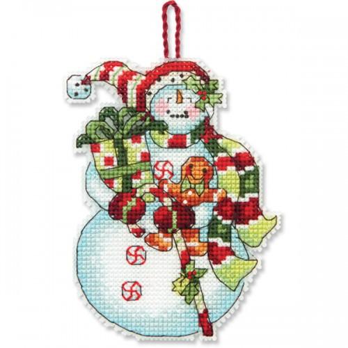 Набор для вышивания крестом Dimensions Снеговик со сладостями, 8,2 см х 10,7 смDMS-70-08915Набор для вышивания Dimensions Снеговик со сладостями поможет вам создать свой личный шедевр - новогоднее подвесное украшение, вышитое в технике счетный крест. Вышивание отвлечет вас от повседневных забот и превратится в увлекательное занятие! Работа, сделанная своими руками, создаст особый уют и атмосферу в доме и долгие годы будет радовать вас и ваших близких, а подарок, выполненный собственноручно, станет самым ценным для друзей и знакомых. В набор входят: - канва пластиковая 14 белая, - хлопковые нитки мулине: 15 цветов, - игла, - инструкция на русском языке.