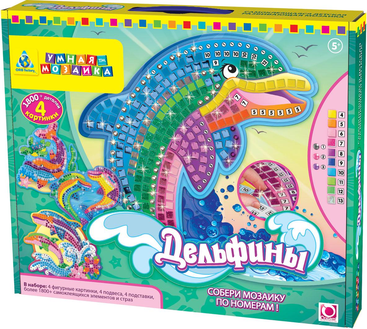 Мозаика по номерам 4 в 1 Дельфины00397Мозаика по номерам Дельфины позволит вам и вашему ребенку без особого труда создать 4 великолепные блестящие картины с изображениями озорных дельфинов. В набор входят 4 картонные основы с различными изображениями дельфинов, 4 подвеса и более 1800 самоклеящихся украшений. Мозаика позволит вашему ребенку познакомиться с жизнью подводного мира - разместите элементы мозаики по номерам, и очаровательные дельфины засверкают, как настоящие драгоценности! Умная мозаика с самоклеящимися элементами отличается высоким качеством исполнения и красочным цветовым дизайном. На картонную основу уже нанесен рисунок. Процесс создания мозаики несложен и под силу даже ребенку - сначала нужно выбрать элементы мозаики по номеру и цвету, затем отделить их от общего блока и наклеить на подходящее по номеру и цвету место на рисунке. Данный набор прекрасно развивает моторику рук и пространственное мышление, а также воображение и внимательность. Готовую мозаику можно использовать для оформления...