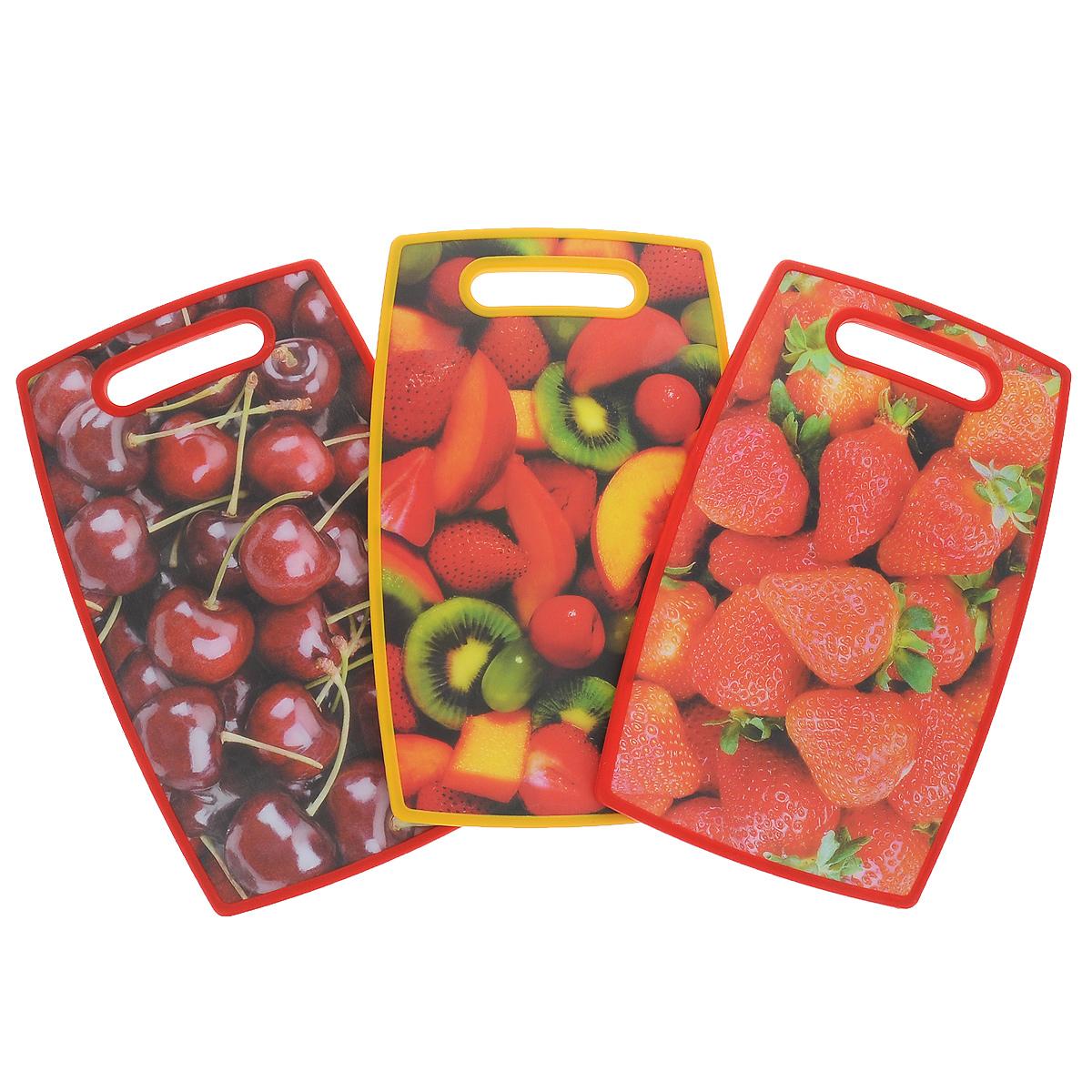 Набор разделочных досок Ягоды, цвет: красный, желтый, 3 штSH3723 (7179+7127+7009)Набор Ягоды состоит из трех прямоугольных разделочных досок. Доски выполнены из пищевого пластика с ручками. Доски оформлены изображениями вишни, клубники и нарезанных фруктов. Набор разделочных досок станет незаменимым и полезным аксессуаром на вашей кухне, который к тому же и стильно дополнит интерьер.