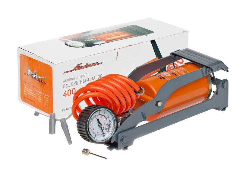 Насос автомобильный Airline, воздушный, со съемным манометромPA-400-02Насос Airline обладает ноу-хау, аналогов которому на данный момент не существует на рынке - съемный манометр и шланг-пружина. Благодаря неожиданной технической находке давление воздуха в шинах можно замерять, не доставая сам насос. Шланг-пружина отсоединяется от насоса и может использоваться в качестве обычного манометра. Насос имеет увеличенный диаметр цилиндра – 400 см3, что позволяет быстрее накачивать колеса вашего автомобиля. Особенности: Металлический корпус и механизм. Съемный манометр со шлангом. Набор насадок. Высокая устойчивость. Удобная сумка. Удобный шланг.