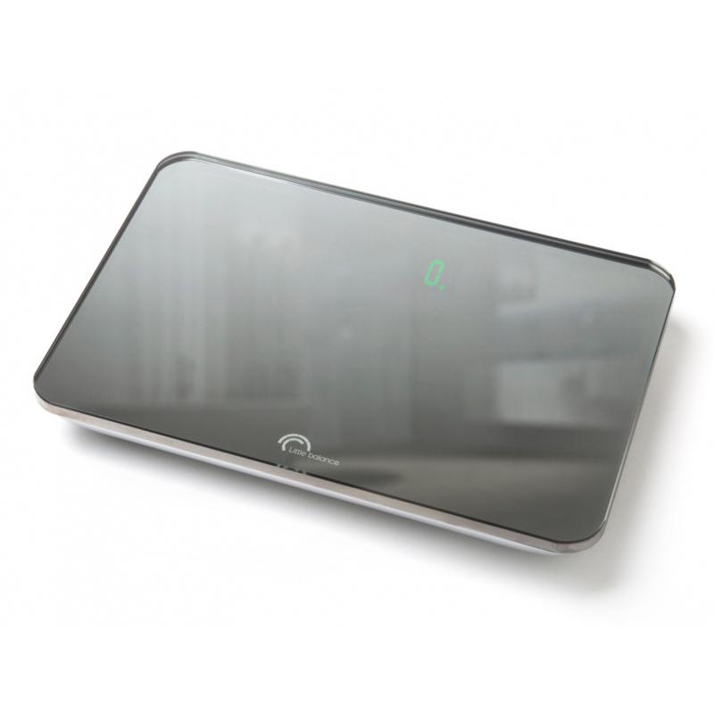Напольные весы Little balance Little Magic, цвет: черный, стальной8004Напольные весы Little balance Little Magic просты и удобны в эксплуатации. Горизонтальная платформа изготовлена из качественного высокопрочного стекла, выдерживающего вес до 150 кг, и имеет зеркальную отделку. Корпус выполнен из полимерных материалов. Автоматическое включение/выключение. УВАЖАЕМЫЕ ПОКУПАТЕЛИ! Обратите внимание на то, что необходимо докупить 4 батареи типа ААА 1,5 V (в комплект не входят). Максимальный вес: 150 кг. Размер: 269 мм x 181 мм x 22,5 мм. Размер дисплея: 60 мм x 25 мм. Подсветка: зеленая.