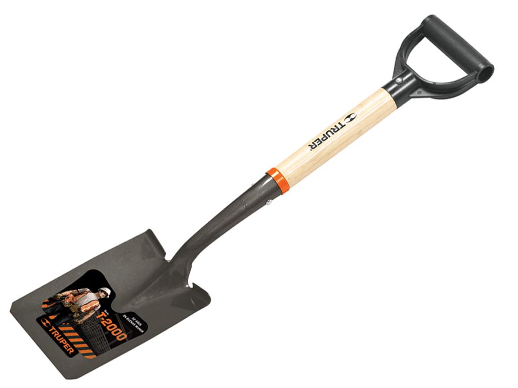 Мини-лопата совковая Truper, с деревянным черенком, 70 смTR-BYCМини-лопата совковая Truper - это самый незаменимый и необходимый садовый инвентарь на даче, садовом участке, стройке. Для того, чтобы работать на приусадебном и дачном участках важны такие качества лопаты, как долговечность и удобство в эксплуатации. Этот вид лопат имеет широкий спектр применения в сельском хозяйстве, а также в строительстве для работы с сыпучими материалами и в быту. Лопата оснащена пластиковой ручкой и высококачественным черенком из американского ясеня.