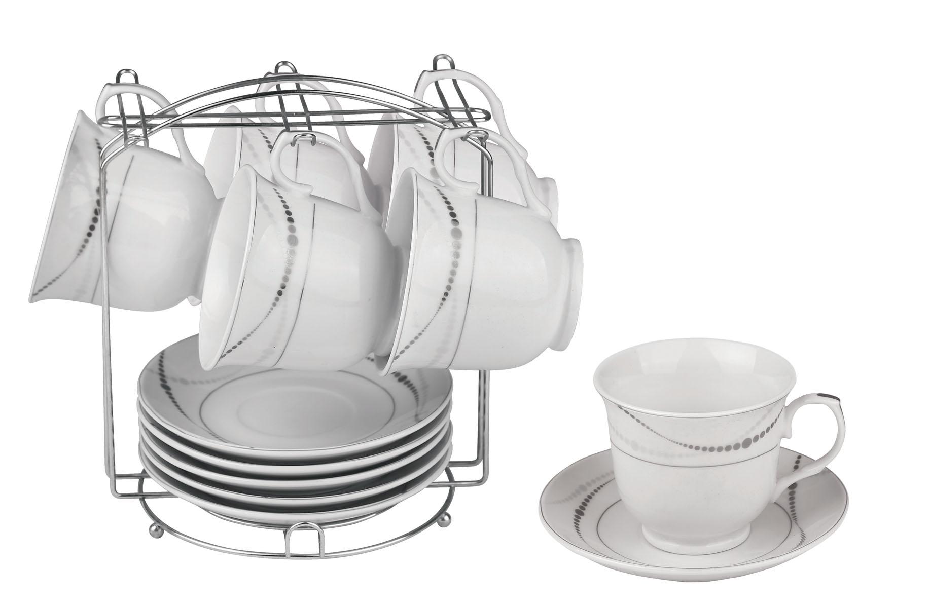 Набор чайный Bekker, 13 предметов. BK-6805BK-6805Чайный набор Bekker состоит из 6 чашек, 6 блюдец и металлической подставки. Изделия выполнены из высококачественного фарфора белого цвета, украшенного изящными узорами серебристой эмалью. Для предметов набора предусмотрена специальная металлическая подставка с крючками для чашек и подставкой для блюдец. Изящный чайный набор прекрасно оформит стол к чаепитию и станет замечательным подарком для любой хозяйки. Можно мыть в посудомоечной машине. Объем чашки: 220 мл. Диаметр чашки (по верхнему краю): 9 см. Высота чашки: 7,5 см. Диаметр блюдца: 14 см.