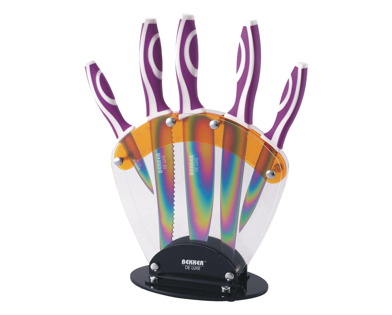 Набор ножей Bekker De Luxe, 6 предметов. BK-8427BK-8427Набор Bekker De Luxe состоит из 5 ножей (нож поварской, нож для резки хлеба, нож для тонкой нарезки, нож универсальный и нож для очистки) и подставки. Лезвия ножей выполнены из высококачественной нержавеющей стали с цветным покрытием Titanium. Ножи с таким покрытием держат заводскую заточку в несколько раз дольше, чем обычные стальные ножи. Продукты, которые вы нарезаете таким ножом, не прилипают к лезвию, не вступают в химическую реакцию, не окисляются и не намагничиваются, т.е. сохраняют все свои полезные свойства. Ножи очень удобны в эксплуатации, не царапаются, легко моются. Эргономичные ручки выполнены из прорезиненного пластика. В набор входит: - Поварской нож. Имеет тяжелую ручку, толстое, широкое и длинное лезвие с центрированным острием. Все это позволяет рубить овощи, зелень, резать мороженое мясо, рыбу и птицу. - Нож для резки хлеба. Нож имеет широкое клиновидное лезвие с зазубренной заточкой. Подходит для различной выпечки и хлебобулочных изделий. ...