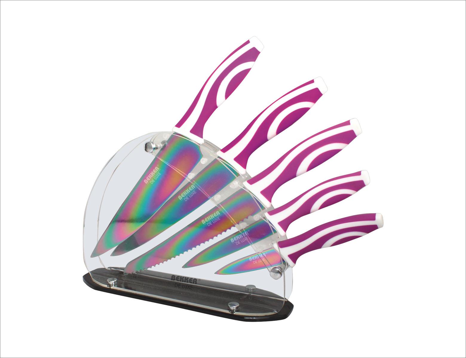 Набор ножей Bekker De Luxe, 6 предметов. BK-8436BK-8436Набор Bekker De Luxe состоит из 5 ножей (нож поварской, нож для резки хлеба, нож для тонкой нарезки, нож универсальный и нож для очистки) и подставки. Лезвия ножей выполнены из высококачественной нержавеющей стали с цветным покрытием Titanium. Ножи с таким покрытием держат заводскую заточку в несколько раз дольше, чем обычные стальные ножи. Продукты, которые вы нарезаете таким ножом, не прилипают к лезвию, не вступают в химическую реакцию, не окисляются и не намагничиваются, т.е. сохраняют все свои полезные свойства. Ножи очень удобны в эксплуатации, не царапаются, легко моются. Эргономичные ручки выполнены из прорезиненного пластика. В набор входит: - Поварской нож. Имеет тяжелую ручку, толстое, широкое и длинное лезвие с центрированным острием. Все это позволяет рубить овощи, зелень, резать мороженое мясо, рыбу и птицу. - Нож для резки хлеба. Нож имеет широкое клиновидное лезвие с зазубренной заточкой. Подходит для различной выпечки и хлебобулочных...