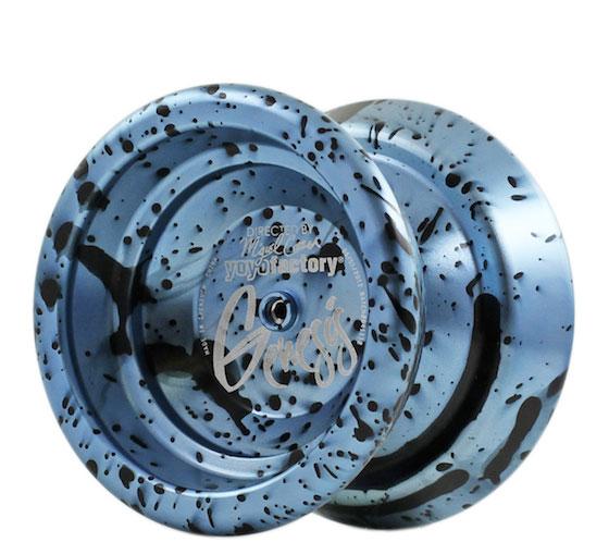 Йо-йо YoYoFactory Genesis, цвет: голубой, черныйGenesis голубой, черныйПрофессиональное металлическое йо-йо YoYoFactory Genesis разработано чемпионом США и Мира в дисциплинах А5 - Мигелем Корреа. Genesis обладает максимальной стабильностью при высокой скорости игры и уверенной подвижностью. Весь секрет заключается в особом H-профиль строения йо-йо, в котором максимальный вес размещен в ободах, что придает стабильность. Genesis выпускается в различных acid wash цветовых решениях, что позволяет игроку подобрать для себя самую подходящую расцветку. Йо-йо YoYoFactory Genesis - одно из самых популярных йо-йо, с которыми игроки выступают на соревнованиях. Мигель Корреа уже дважды одерживал победу на Чемпионате Мира с этой моделью. Йо-йо - это игрушка, состоящая из двух симметричных половинок соединенных осью, к которой прикреплена веревка. Современный йо-йо значительно отличается от тех, к которым многие привыкли. Сейчас йо-йо - это такая же часть молодежной культуры как скейт, ВМХ или сноуборд. Йо-йо популярно во многих странах...