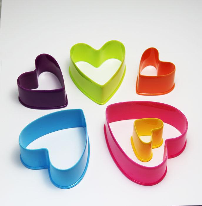 Набор формочек Borner Сердце, 6 предметов860995Набор Borner Сердце, выполненный из высококачественного пищевого пластика, состоит из 6 формочек в виде сердечек, различного размера и цвета. Формочки предназначены для вырезания украшений или вырубки из теста фигурного печенья.