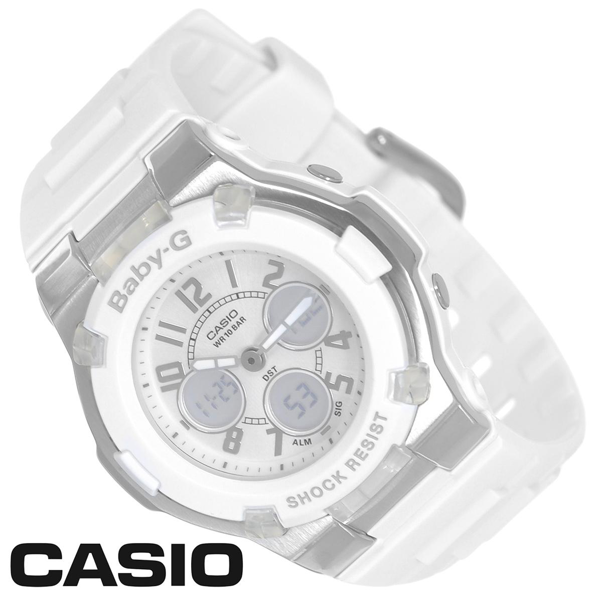 Часы женские наручные Casio Baby-G, цвет: белый, серебристый. BGA-110-7BBGA-110-7BСтильные многофункциональные часы Baby-G от японского брэнда Casio - это яркий функциональный аксессуар для современных людей, которые стремятся выделиться из толпы и подчеркнуть свою индивидуальность. Часы выполнены в спортивном стиле. Часы оснащены японским кварцевым механизмом. Часы имеют ударопрочную конструкцию, защищающую механизм от ударов и вибрации. Циферблат с безельными протекторами оснащен двумя стрелками и подсвечивается светодиодом. Ремешок из мягкого пластика застегивается на классическую застежку. Основные функции: - 5 будильников, один с функцией повтора сигнала (чтобы отложить пробуждение), ежечасный сигнал; - сплит-хронограф; - автоматический календарь (число, месяц, день недели, год); - секундомер с точностью показаний 1/100 с, время измерения 60 мин; - 12-ти и 24-х часовой формат времени; - таймер обратного отсчета от 1 мин до 24 ч с автоповтором; - функция включения/отключения звука; - мировое время. ...