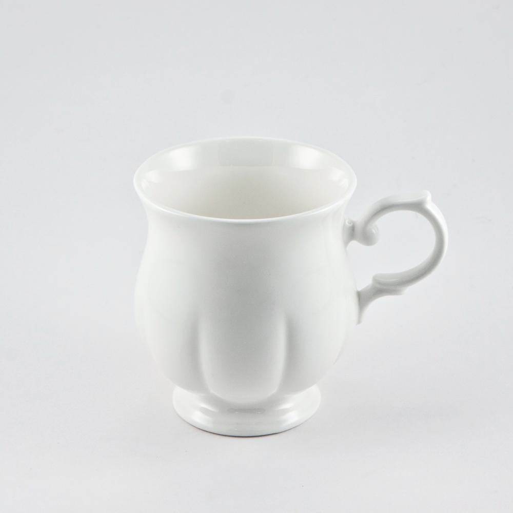 Кружка Royal Bone China White, 220 мл89ww/0345Кружка Royal Bone China White изготовлена из костяного фарфора с содержанием костяной муки (45%). Основным достоинством изделий из костяного фарфора является абсолютно гладкая глазуровка. Такие изделия сочетают в себе изысканный вид с прочностью и долговечностью. Кружка оснащена удобной ручкой и декорирована вертикальными бороздами. Изделия Royal Bone Chine по праву считаются элитными. Благодаря такой кружке пить напитки будет еще вкуснее. Объем: 220 мл. Диаметр (по верхнему краю): 7 см. Высота кружки: 9 см.