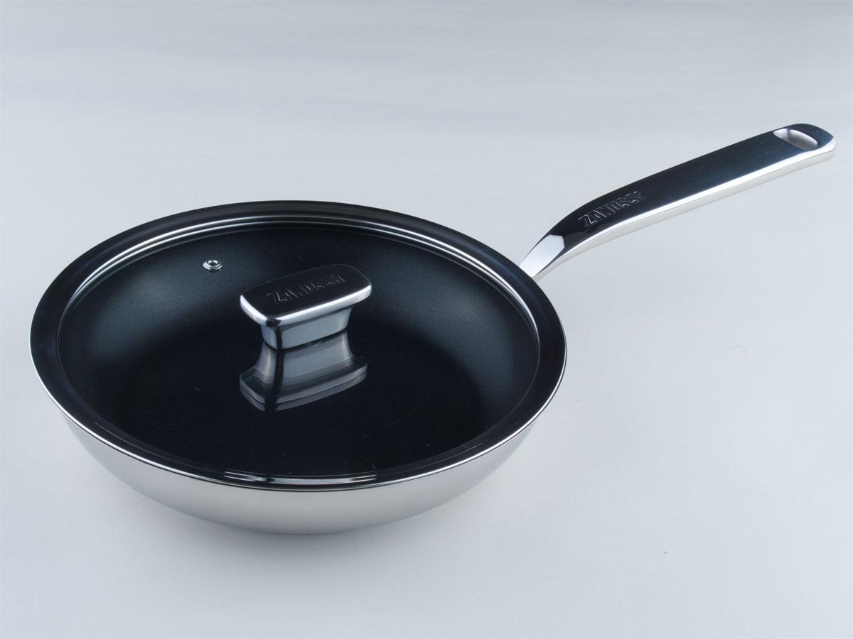 Сковорода Zanussi Positano с крышкой, с керамическим покрытием. Диаметр 24 смZCF43411AFСковорода Zanussi Positano изготовлена из нержавеющей стали 18/10 с полировкой до зеркального блеска, что обеспечивает максимальные стильность и надежность. Сковорода имеет противопригарное керамическое покрытие Greblon, не содержащее ПФОК и ПТФЭ. Высококачественное многослойное основание с цельноалюминиевой сердцевиной быстро поглощает тепло и равномерно распространяет его. Предотвращает пригорание и прилипание пищи. Клепанные ручки, выполненные из нержавеющей стали, обеспечивают превосходную прочность и долговечность. Крышка с вентиляционным отверстием изготовлена из качественного жаростойкого стекла, что позволяет контролировать процесс приготовления пищи без потерь тепла. Сковорода Zanussi Positano подходит для жарки мяса и рыбы, жарки или подогрева овощей и любых гарниров. Высоко ценится за свою многофункциональность. Подходит для всех видов плит, в том числе индукционных. Можно мыть в посудомоечной машине
