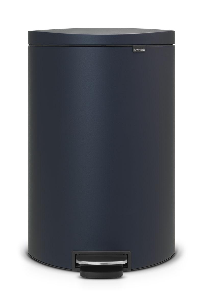 Бак мусорный Brabantia FlatBack+, с педалью, цвет: синий, 40 л103889Бак FlatBack+ - это самый компактный бак бренда Brabantia. При этом механизм MotionControlобеспечивает бесшумное закрывание и мягкое действие педали. Но и это еще не все - бак имеет защиту от отпечатков пальцев, а также удобную гибкую ручку для переноски. Бесшумное закрывание и мягкое действие педали - механизм MotionControl; Рациональное использование пространства - бак может устанавливаться вплотную к стене или кухонному шкафу; Умная фиксация крышки - при открывании крышка не касается стены благодаря уникальной конструкции крепления; Удобный в использовании - при открывании вручную крышка фиксируется в открытом положении, закрывается нажатием педали; Удобная очистка - съемное внутреннее ведро из пластика со складными захватами; Удобная смена мешков для мусора - специальная функция фиксации внутреннего ведра в поднятом положении; Бак удобно перемещать - гибкая ручка для переноски; Предохранение пола от повреждений - пластиковый...