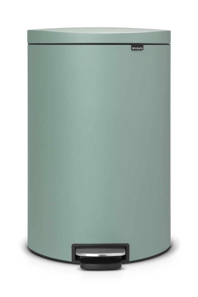 Бак мусорный Brabantia FlatBack+, с педалью, цвет: мятный, 40 л103902Бак FlatBack+ - это самый компактный бак бренда Brabantia. При этом механизм MotionControl обеспечивает бесшумное закрывание и мягкое действие педали. Но и это еще не все - бак имеет защиту от отпечатков пальцев, а также удобную гибкую ручку для переноски. Бесшумное закрывание и мягкое действие педали - механизм MotionControl; Рациональное использование пространства - бак может устанавливаться вплотную к стене или кухонному шкафу; Умная фиксация крышки - при открывании крышка не касается стены благодаря уникальной конструкции крепления; Удобный в использовании - при открывании вручную крышка фиксируется в открытом положении, закрывается нажатием педали; Удобная очистка - съемное внутреннее ведро из пластика со складными захватами; Удобная смена мешков для мусора - специальная функция фиксации внутреннего ведра в поднятом положении; Бак удобно перемещать - гибкая ручка для переноски; Предохранение пола от повреждений - пластиковый защитный...