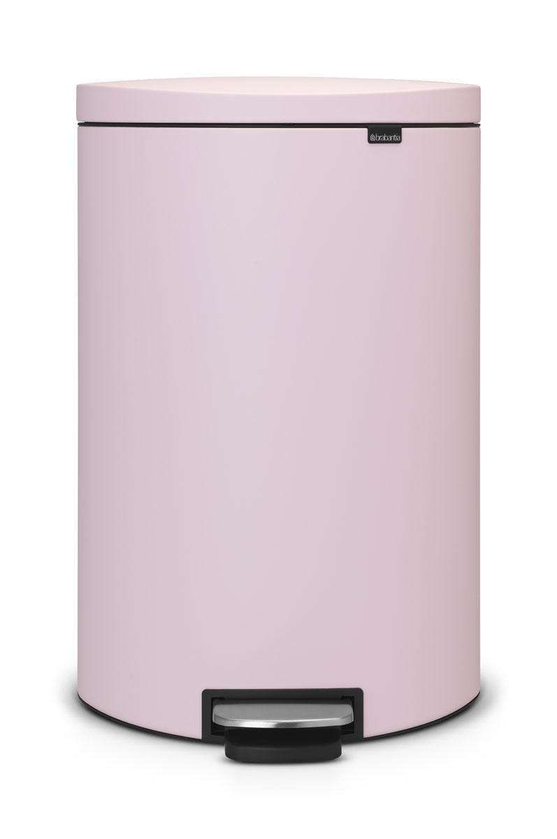 Бак мусорный Brabantia FlatBack+, с педалью, цвет: розовый, 40 л103926Бак FlatBack+ - это самый компактный бак бренда Brabantia. При этом механизм MotionControl обеспечивает бесшумное закрывание и мягкое действие педали. Но и это еще не все - бак имеет защиту от отпечатков пальцев, а также удобную гибкую ручку для переноски. Бесшумное закрывание и мягкое действие педали - механизм MotionControl; Рациональное использование пространства - бак может устанавливаться вплотную к стене или кухонному шкафу; Умная фиксация крышки - при открывании крышка не касается стены благодаря уникальной конструкции крепления; Удобный в использовании - при открывании вручную крышка фиксируется в открытом положении, закрывается нажатием педали; Удобная очистка - съемное внутреннее ведро из пластика со складными захватами; Удобная смена мешков для мусора - специальная функция фиксации внутреннего ведра в поднятом положении; Бак удобно перемещать - гибкая ручка для переноски; Предохранение пола от повреждений - пластиковый...
