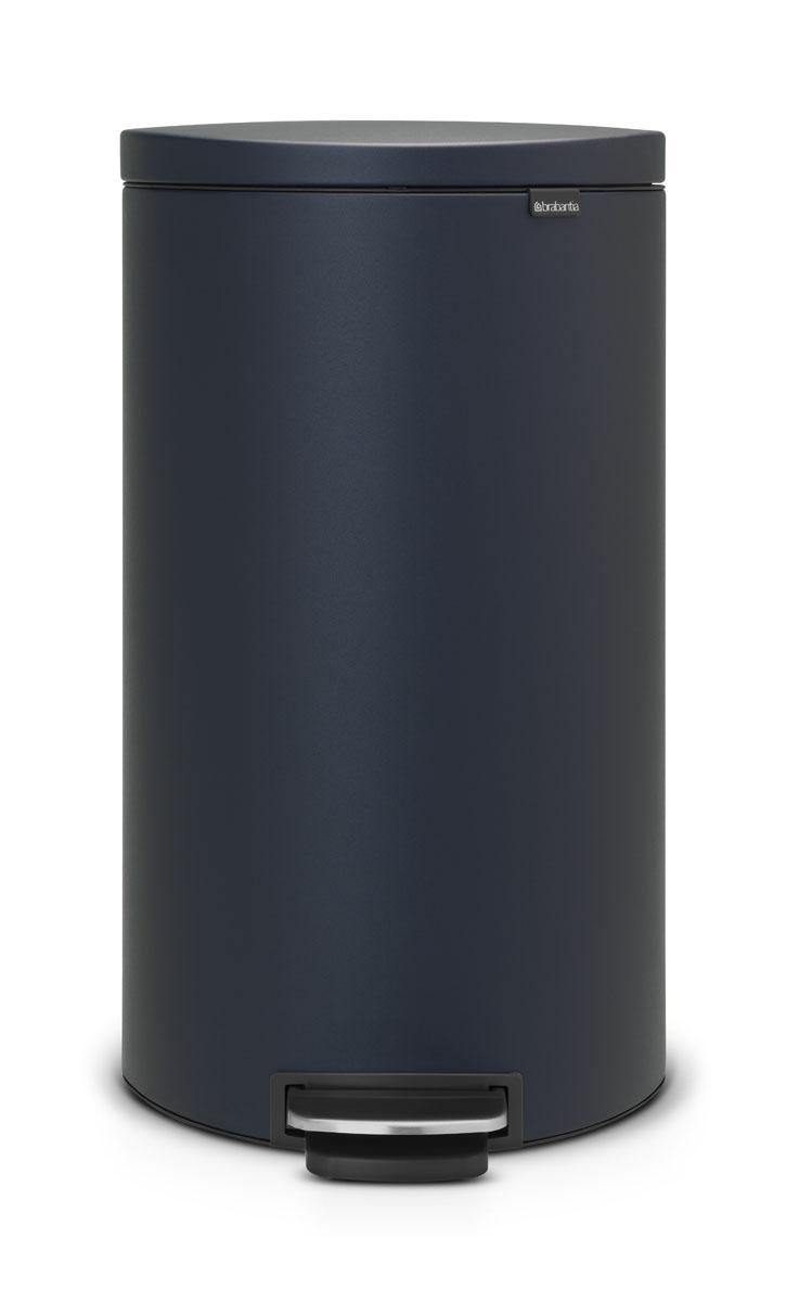 Бак мусорный Brabantia FlatBack+, с педалью, цвет: синий, 30 л103940Бак FlatBack+ - это самый компактный бак бренда Brabantia. При этом механизм MotionControl обеспечивает бесшумное закрывание и мягкое действие педали. Но и это еще не все - бак имеет защиту от отпечатков пальцев, а также удобную гибкую ручку для переноски. Бесшумное закрывание и мягкое действие педали - механизм MotionControl; Рациональное использование пространства - благодаря конструкции бак может устанавливаться вплотную к стене или кухонному шкафу; Умная фиксация крышки - при открывании крышка не касается стены благодаря уникальной конструкции крепления; Удобный в использовании - при открывании вручную крышка фиксируется в открытом положении, закрывается нажатием педали; Удобная очистка - съемное внутреннее ведро из пластика со складными захватами; Удобная смена мешков для мусора - специальная функция фиксации внутреннего ведра в поднятом положении; Бак удобно перемещать - гибкая ручка для переноски; Предохранение пола от...