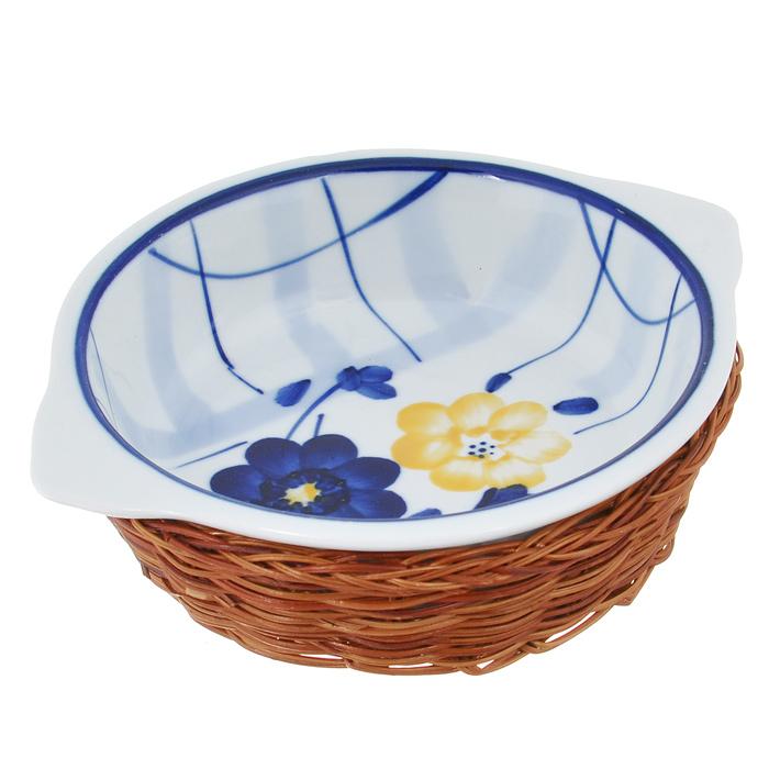 Кастрюля Bekker с крышкой, с корзиной, прямоугольная, цвет: синий, белый, 1 лBK-7337Прямоугольная кастрюля Bekker, изготовленная из высококачественной жаропрочной керамики и декорированная изображением ягод, прекрасно подойдет для запекания. В комплект входит крышка и плетеная корзина-подставка, изготовленная из ротанга. Изделия из керамики идеально подходят как для приготовления пищи, так и для подачи на стол. Материал не содержит свинца и кадмия. С такой кастрюлей вы всегда сможете порадовать своих близких оригинальным блюдом. Кастрюлю можно использовать в духовке и микроволновой печи. Можно мыть в посудомоечной машине.