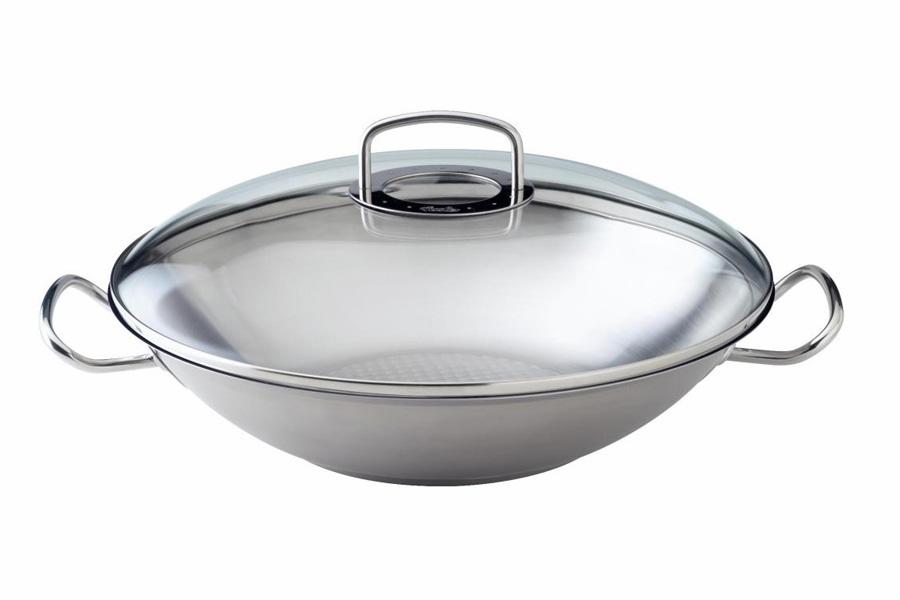 Вок Fissler, серия Original pro collection, 35см 84826358482635Вок (wok) - это универсальная сковорода c выпуклым дном, родом из Китая. Отличительными особенностями сковороды-вок считаются: конусовидная форма, пологие округлые стенки и узкое дно. В странах Восточной и Юго-восточной Азии сковорода-вок используется повсеместно уже около 3000 лет, а благодаря моде на здоровый образ жизни и азиатскую кухню сегодня она становится популярна в западных странах. Вок универсален, потому что в нем можно как жарить, так варить и тушить. Требовательные профессионалы и любители сразу заметят, что вок из серия Ориджинал про коллекшион (Original pro collection) от Fissler исключительно прочен и является результатом многолетнего совершенствования кухонной посуды. Отличительные особенности: - вок выполнен из высококачественной нержавеющей стали 18/10 с утолщенными стенками и дном; - гладкая сатинированная поверхность устойчива к царапинам и появлению пятен от взаимодействия с водой; - дно Кукстар (CookStar) обеспечит равномерное распределение и...