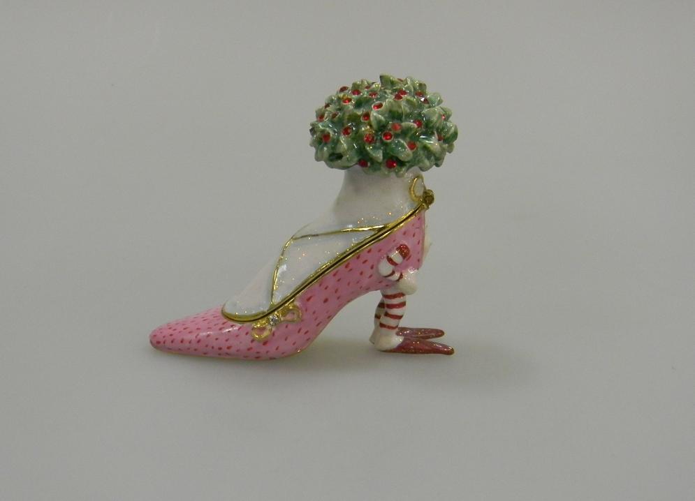 Ювелирная шкатулка Розовая обувь260262Всемирно известная марка NARUMI была основана в 1911 году, в Японии. На сегодняшний день NARUMI – один из ведущих производителей элитного фарфора «BoneChina*». Фарфор от NARUMI содержит до 47% костяной золы, что, безусловно, позволяет ему быть классическим фарфором «BoneChina*». Благодаря такому составу фарфор этой марки чрезвычайно прочен, в то же время – тонок и изящен. Это качество по достоинству оценили любители эксклюзивной и красивой посуды не только в Японии, но и далеко за ее пределами. Вызывает восхищение и графическая отделка посуды. Тонкие, неуловимо изящные линии и красивейший орнамент наносится вручную. При этом декорирование и роспись драгоценными металлами скорее не исключение, а распространенная практика. При этом металл имеет характерный «шёлковый» блеск, что достигается тщательной ручной полировкой. Нужно ли говорить, что при применении таких технологий, высококачественная посуда сохраняет свой первозданный вид десятилетиями! Интересно, что японский фарфор...