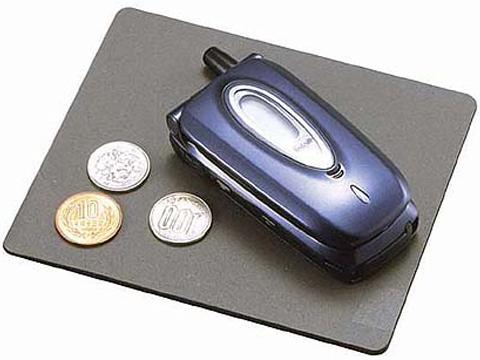 Коврик противоскользящий Carmate Non Slip Sheet S, цвет: серый, 140 мм x 120 ммSZ66RUСпециальный коврик Carmate Non Slip Sheet S, позволяющий держать всегда под рукой в салоне автомобиля некрупные предметы вроде монет, сотового телефона и солнцезащитных очков. Не соскальзывает с гладких поверхностей, например, с панели приборов, даже слегка наклоненной, и не дает соскальзывать положенным на него предметам. Коврик изготовлен из акрилового пористого материала толщиной 3 мм.