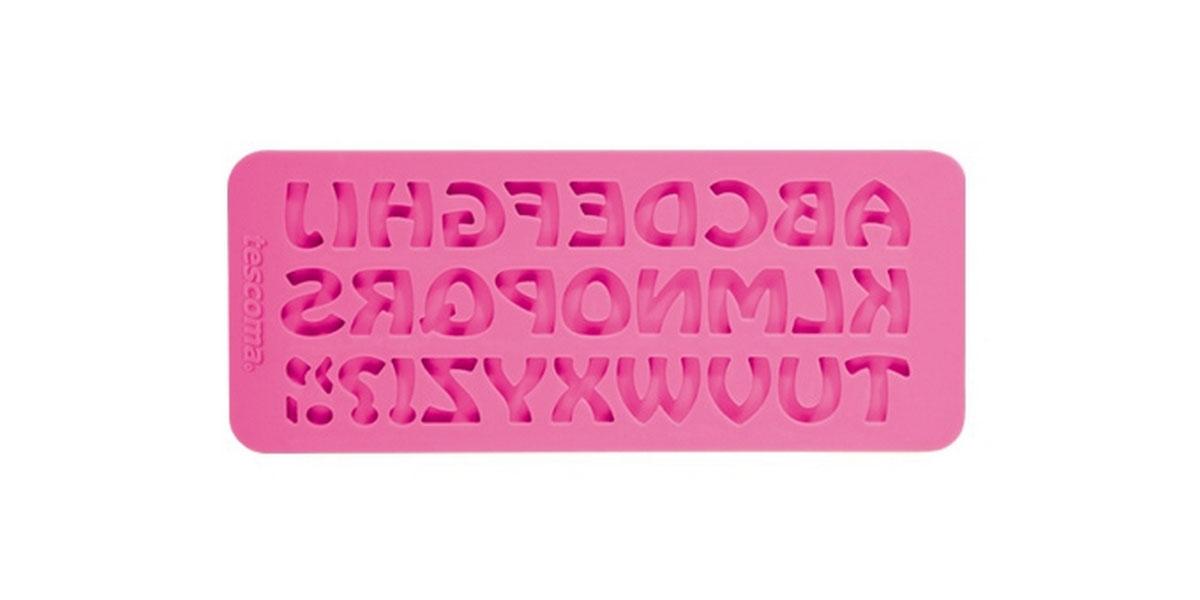 Молд для нанесения рисунка на мастику Tescoma Delicia Deco, цвет: розовый, 19,5 х 8 см 633055633055Молд для нанесения рисунка на мастику Tescoma Delicia Deco, выполненный из силикона, поможет вам легко нанести рисунки на мастику и сахарную пасту для тортов и сладких угощений. Молд содержит формы в виде букв английского алфавита. Использование и хранение: Перед первым использованием и после каждого применения вымойте молд в мыльной воде или на верхней полке в посудомоечной машине. Хорошо высушите молд перед использованием. Полезные советы по использованию: - Необходимо поставить заполненные формы в морозильник на 5-10 минут, а затем вытащить их, мягко нажав на дно формы. - Для того, чтобы мастика или цветочная паста не прилипали к молду, посыпьте его сахарной пудрой или смажьте растительным жиром сахарную мастику прежде чем накладывать на нее молд, - При раскатывании сахарной мастики используйте скалку для того, чтобы вся мастика была в полостях молда, - Следуйте инструкциям по изготовлению украшений, разместите их...