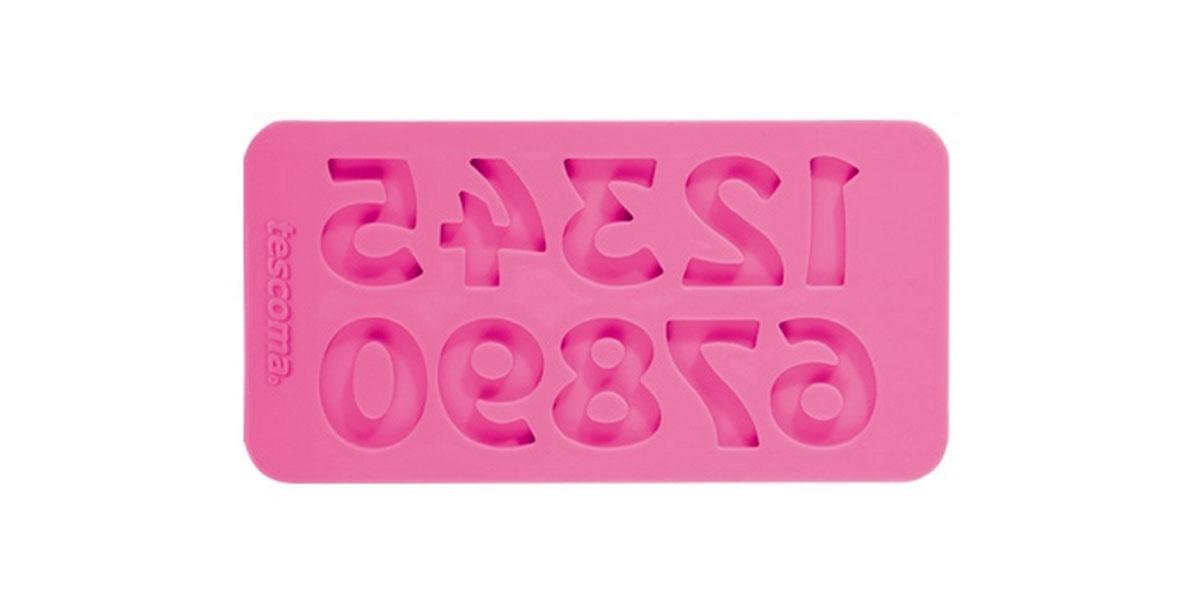 Форма для украшения выпечки Tescoma Цифры ретро, 10 ячеек633059Форма Tescoma Цифры ретро отлично подходит для украшения выпечки фигурками из марципана или помадки. Необходимо поставить заполненные формы в морозильник на 5-10 минут, а затем вытащить их, мягко нажав на дно формы. Форма изготовлена из превосходного гибкого силикона. На одном листе расположены 10 ячеек в виде изогнутых цифр. Можно мыть в посудомоечной машине.
