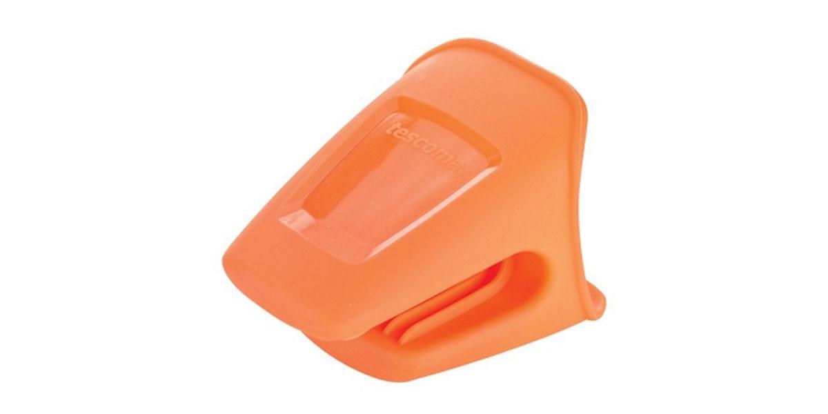 Прихватка Tescoma Fusion, цвет: оранжевый638488Прихватка Tescoma Fusion выполнена из силикона. Изделие выдерживает высокую и низкую температуры (от -40°С до +230°С). Прихватка гигиенична, эластична, износостойка, не горит и не тлеет, не впитывает запахи, не оставляет пятен. Силикон абсолютно безвреден для здоровья, не вступает в реакцию с продуктами, легко моется. Такой прихваткой можно брать не только горячие, но и холодные предметы, а также влажные и скользкие. Она отлично защищает от ожогов всю ладонь. Силиконовая прихватка - отличный подарок, удобный и необходимый любой хозяйке. Можно мыть в посудомоечной машине.