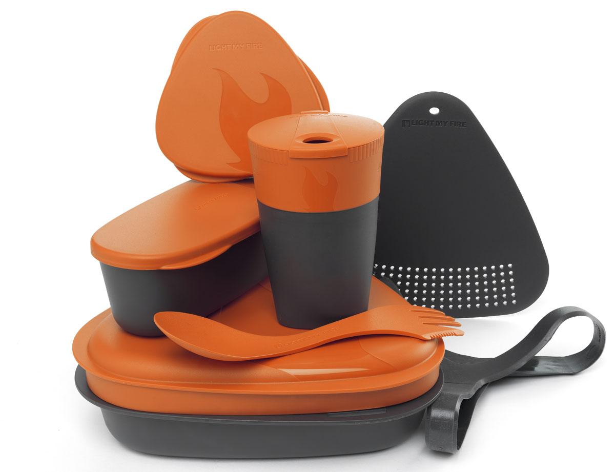 Набор походной посуды Light My Fire MealKit 2.0, цвет: оранжевый, 10 предметов41363610Набор походной посуды Light My Fire MealKit 2.0 отлично подойдет для обедов на работе, в школе, для пикника, походов и загородного отдыха. Набор включает в себя: контейнер с крышкой, которая так же может использоваться как тарелка, ловилку Spork Original, которая сочетает в себе ложку, вилку, нож, герметичную коробочку с мерной шкалой SnapBox original, герметичную коробочку c мерной шкалой SnapBox oval, складную кружку Pack-up-Cup, комбинированную разделочную доску и удерживающий резиновый ремешок. Набор можно мыть в посудомоечной машине и использовать в микроволновой печи. Кроме того, набор Light My Fire MealKit 2.0 не тонет в воде! С таким набором не возможно остаться незамеченным. Размер контейнера (с учетом крышки): 19 см х 19 см х 6 см. Объем контейнера: 900 мл. Объем крышки: 500 мл. Длина ловилки: 17 см. Размер кружки (в разложенном виде): 7 см х 7 см х 10,5 см. Объем кружки: 260 мл. Размер кружки (в сложенном виде):...