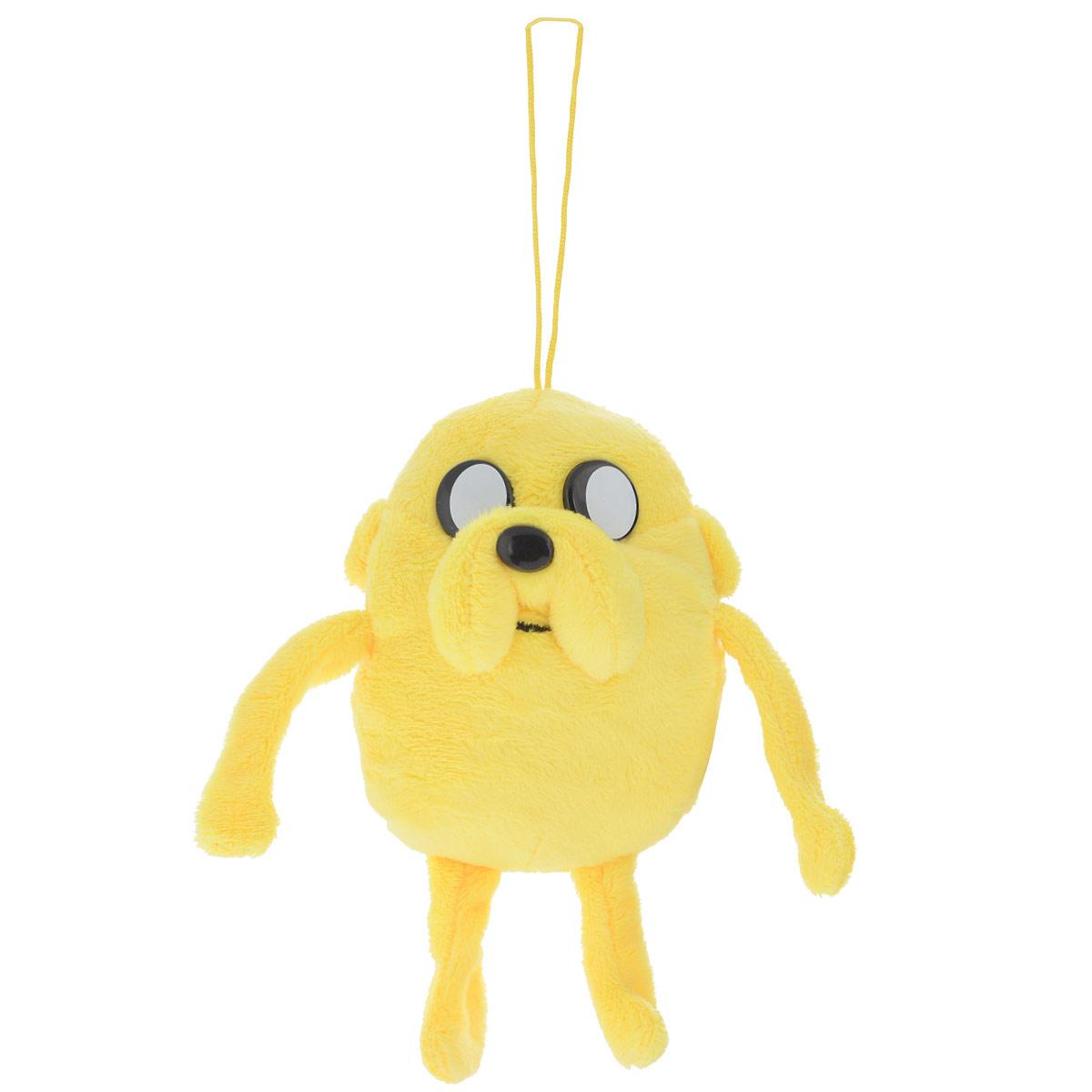 Мягкая игрушка Adventure Time Джейк, 15 смDABU0Очаровательная мягкая игрушка Adventure Time Джейк вызовет умиление и улыбку у каждого, кто ее увидит. Игрушка выполнена в виде Джейка - одного из главных персонажей в мультсериале Время приключений. У игрушки есть текстильный шнурок высотой 13,5 см. Джейк - это волшебная собака, постоянный компаньон, лучший друг и сводный брат Финна. Джейк еще с пеленок может волшебным образом растягиваться и принимать различные формы. Эта способность множество раз помогала в их с Финном приключениях. У Джейка необычайно мощное воображение: все, что он воображает, становится реальностью. Характер у Джейка спокойный, он предпочитает ни о чем не переживать и плыть по течению. Удивительно мягкая игрушка принесет радость и подарит своему обладателю мгновения нежных объятий и приятных воспоминаний. Великолепное качество исполнения делают эту игрушку чудесным подарком к любому празднику.