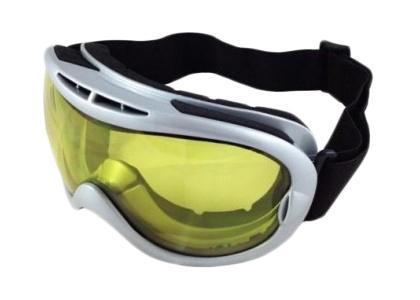 Очки горнолыжные Vcan, цвет: серебро. VSE10_SR24 YLVSE10_SR24 YLСпортивные горнолыжные очки Vcan надежно защитят ваши глаза во время катания на лыжах или сноуборде. Двойные линзы выполнены из противоударного поликарбоната для большей защиты глаз. Отличительная особенность поликарбоната - самая высокая устойчивость к ударным нагрузкам. Очки с поликарбонатными линзами наиболее травмобезопасны. Желтые тонированные линзы обеспечивают 100% защиту от ультрафиолетовых лучей (UV400). Противотуманное покрытие на внутренней стороне линз предотвращает запотевание оптики. Характеристики: Материал: поликарбонат, пластик. Размеры упаковки: 19,5 см х 9,5 см х 10,5 см.