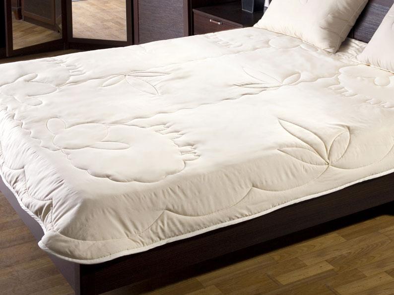 Одеяло Лэмби, цвет: бежевый, 172 см х 205 см120619101Облегченное одеяло Лэмби с наполнителем из натуральной овечьей шерсти и оригинальной художественной стежкой не оставят равнодушными тех, кто ценит здоровье и красоту. Чехол одеяла изготовлен из ткани нового поколения Биософт, которая отличается нежной шелковистой фактурой и высокой прочностью, надежно удерживает наполнитель внутри изделия. Лечебные свойства овечьей шерсти снимут напряжение и мышечные боли, стимулируя кровообращение. Одеяло обеспечит оптимальный микроклимат в постели. Под таким одеялом с наполнителем из овечьей шерсти будет комфортно спать в любую погоду! Одеяло Лэмби станет прекрасным подарком для ваших близких. Одеяло упаковано в чехол на застежке-молнии с ручкой, что очень удобно при переноске и хранении. Характеристики: Материал верха: биософт. Материал наполнителя: овечья шерсть. Размер одеяла: 172 см х 205 см. Степень теплоты: 2. Производитель: Россия. ...