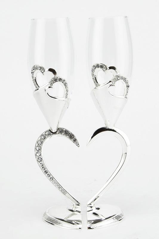 Набор бокалов Marquis Сердце, 200 мл, 2 шт. 2126-MR2126-MRНабор Marquis Сердце состоит из двух бокалов на высоких ножках. Бокалы выполнены из стекла. Изящные ножки изготовлены из стали с серебряно-никелевым покрытием в виде двух половинок сердца. Изделия декорированы изображениями сердец и стразами. Бокалы идеально подойдут для шампанского и вина. Набор станет прекрасным дополнением романтического вечера. Изысканные изделия необычного оформления понравятся и ценителям классики, и тем, кто предпочитает утонченность и изысканность. Нельзя мыть в посудомоечной машине.