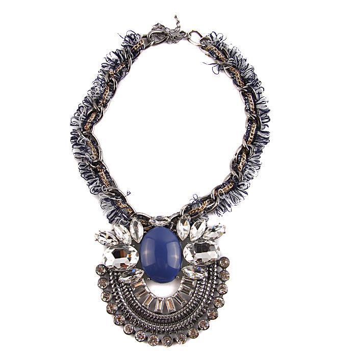 Колье Благородный синий. Металл, австрийские кристаллы, имитация камня, ткань. Конец XX века10099512Колье Благородный синий. Металл, австрийские кристаллы, имитация камня, ткань. Западная Европа, конец XX века. Длина цепочки 46 см; подвеска: длина 9,5 см, ширина 9,5 см. Сохранность хорошая. Колье выполнено в классическом стиле. Цепочка изделия состоит из нескольких: тонкой позолоченной, тканевой и металлической - интересное решение! Подвеска сделана в виде большого округлого элемента с имитированным камнем тёплого синего цвета в центре. Крупные австрийские кристаллы разных форм окаймляют композицию. Аксессуар станет одним из Ваших любимых! Благородное сочетание цветов подойдёт для декора вечернего платья.