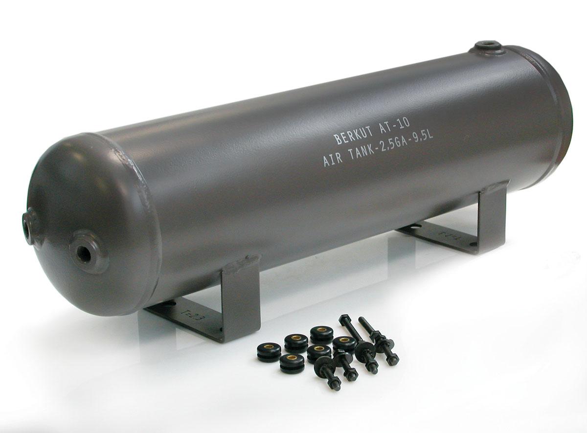 Ресивер (9,5 литров) BERKUT AT-10AT-10Технические характеристики: - Рабочее давление: до 200 PSI (14 Атм) - Установочные технологические отверстия: 6 шт (резьба 1/4) - Диапазон рабочих температур: от -40°C до +80°C - Размеры ресивера: 607x151x193,5 мм - Масса: 6,4 кг - Установочный крепежный комплект - Ёмкость ресивера : 9,5л/ 2,5 GA. Материал: металл; цвет: хаки