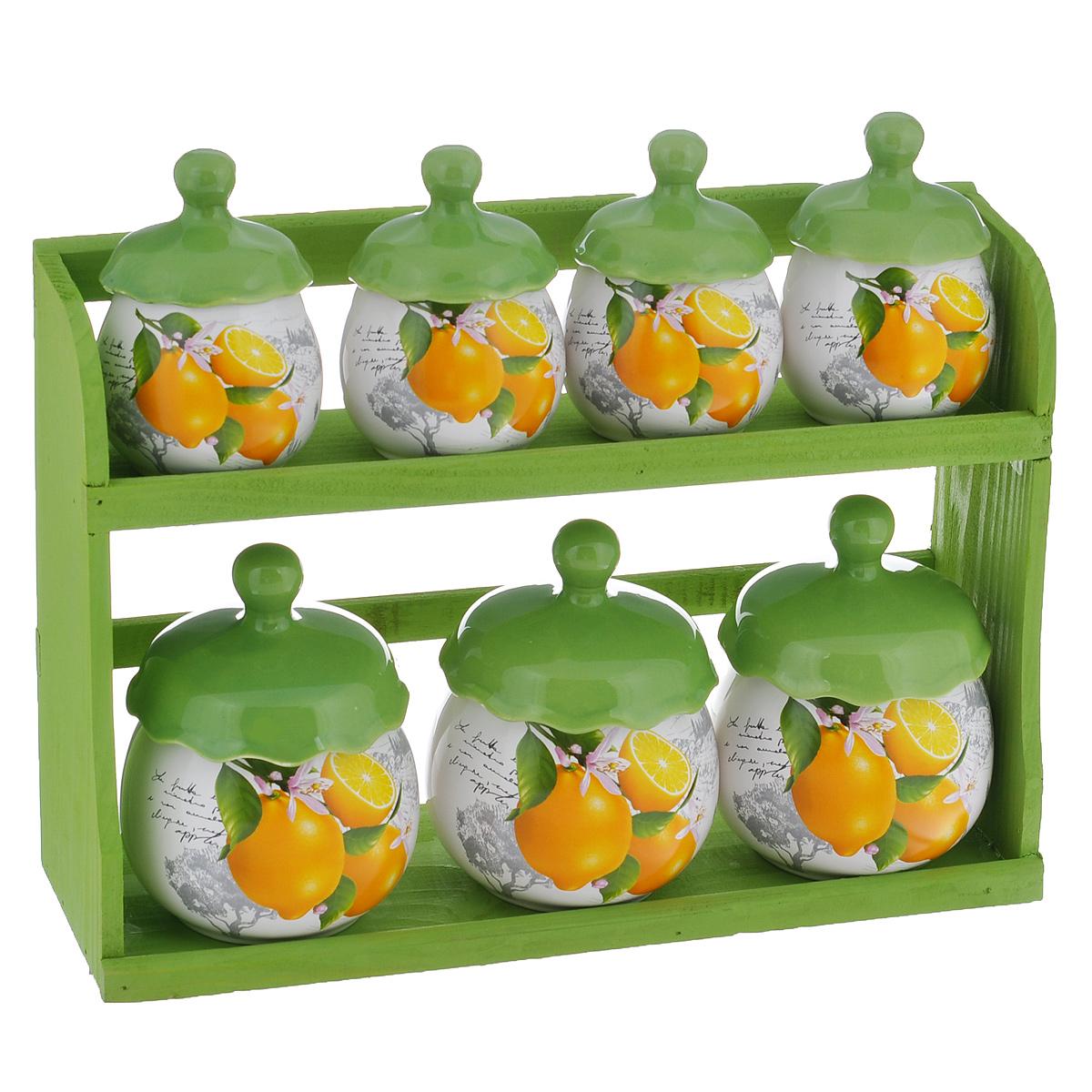 Набор банок для хранения сыпучих продуктов Лимоны, цвет: зеленый, белый, 8 предметовDFC00124-02207 W 7/SНабор Лимоны состоит из трех больших банок, четырех маленьких банок и подставки. Предметы набора изготовлены из доломитовой керамики и декорированы изображением лимонов. Изделия помещаются на удобную деревянную подставку. Оригинальный дизайн, эстетичность и функциональность набора позволят ему стать достойным дополнением к кухонному инвентарю. Можно мыть в посудомоечной машине на минимальной температуре. Диаметр основания большой емкости: 6 см. Высота большой емкости (без учета крышки): 8 см. Диаметр основания маленькой емкости: 4,8 см. Высота маленькой емкости (без учета крышки): 6 см. Размер подставки: 22 см х 10,5 см х 32,5 см.