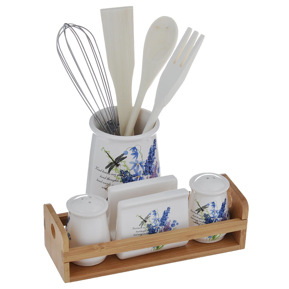 Набор кухонных принадлежностей Полевые цветы, 9 предметовDFC01529/01530-02252 BO 8/SНабор кухонных принадлежностей Полевые цветы состоит из лопатки, ложки, вилки, венчика, солонки, перечницы, салфетницы и двух подставок. Лопатка, вилка и ложка выполнены из высококачественного дерева и предназначены для переворачивания, перемешивания различных блюд. Металлический венчик будет незаменим для приготовления теста или крема. Эти предметы хранятся в отдельной керамической подставке Стакан. Солонка, перечница и салфетница выполнены из доломитовой керамики, декорированы изображением полевых цветов и располагаются на деревянной подставке. Оригинальный дизайн, эстетичность и функциональность набора позволят ему стать достойным дополнением к кухонному инвентарю. Можно мыть в посудомоечной машине на минимальной температуре.