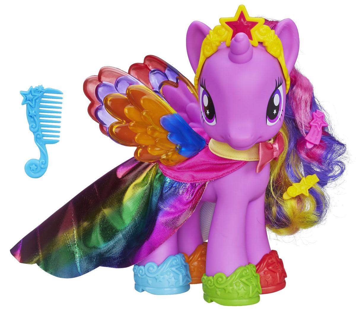 My Little Pony Игровой набор Пони-модница Принцесса Твайлайт СпарклA8211Игровой набор My Little Pony Пони-модница. Princess Twilight Sparkle привлечет внимание вашей малышки и не позволит ей скучать. Он включает игрушку в виде принцессы Твайлайт Спаркл, расческу, 2 заколки-зажима, диадему, 2 красочные насадки на крылья и 4 туфельки разных цветов. Игрушка выполнена из пластика светло-фиолетового и представляет собой очаровательную пони с большими выразительными глазками, яркими крылышками и длинной гривой и хвостом. На ней красуется прекрасный радужный плащ. Ваша малышка сможет сделать пони красивую прическу с помощью расчески и заколок и украсить ее диадемой. Головка игрушки поворачивается. Ваша малышка будет часами играть с набором, придумывая различные истории. Порадуйте ее таким замечательным подарком!