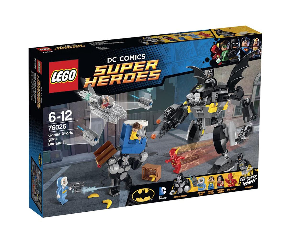 LEGO Super Heroes Конструктор Горилла Гродд сходит с ума 7602676026Горилла Гродд разрушает Готэм-сити в поисках утренней порции бананов. Гигантская горилла запрыгивает на грузовик, бросается ящиками с бананами и практически разбивает машину пополам. Спеши на помощь испуганному водителю вместе с Бэтменом и его удивительным бэт-роботом. Начни тройную контратаку с супергероями LEGO, стреляй из сеточных и шипованных шутеров. Дай отпор Горилле Гродду вместе с Флешем, уклоняясь от хватких кулаков злобного существа и Капитана Холода и его разрушительного ледяного шутера. Незаметно включись в сражение вместе с Чудо-женщиной в ее невидимом летательном аппарате с пружинными ракетами. А затем отправь Бэтмена на супер-джампере на крышу робота, чтобы сбросить вниз Гориллу Гродда! В этот красочный набор входят: 347 пластиковых элементов для сборки, в том числе 5 минифигурок с разнообразным оружием и аксессуарами: Вспышка, Чудо-женщина, Бэтмен, Капитан Холод, водитель грузовика, а также фигурка Гориллы Гродда. Также в наборе инструкция по сборке. ...