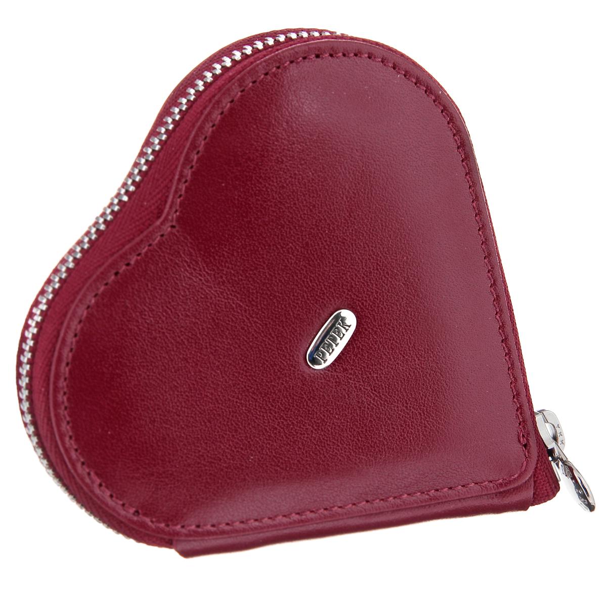 Кошелек для бижутерии Petek, цвет: бордовый. 1303.4000.101303.4000.10 RedПрелестный кошелек для бижутерии Petek изготовлен из натуральной высококачественной кожи бордового цвета и исполнен в форме сердца. Изделие оформлено на лицевой стороне металлическим элементом с гравировкой Petek, а также лаконичной прострочкой. Внутреннее отделение, закрывающееся на застежку-молнию, позволит вам систематизировать свою коллекцию аксессуаров. Изделие упаковано в фирменную коробку с логотипом бренда. Стильный кошелек для бижутерии подчеркнет вашу индивидуальность и изысканный вкус, а также станет замечательным подарком человеку, ценящему качественные и практичные вещи.