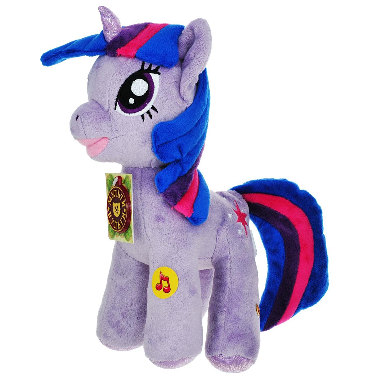 Мягкая озвученная игрушка Мульти-Пульти Пони Искорка, 26 смV27478/23Мягкая игрушка Мульти-Пульти Пони Искорка подарит вашему ребенку много радости и веселья! Она выполнена в виде персонажа мультфильма My Little Pony - пони Искорки. Игрушка удивительно приятна на ощупь. Она изготовлена из плюша, глазки вышиты нитками, а для набивки лап пони использованы специальные гранулы, которые способствуют развитию мелкой моторики рук малыша. Искорка - единорог сиреневого цвета, с гривой синего цвета и розово-фиолетовыми полосками. Её знак отличия – розовая шестиконечная звезда в окружении пяти маленьких белых звёзд. Является лучшей ученицей Принцессы Селестии и главной героиней сериала. При нажатии на лапку принцесса говорит фразы: Привет, я сумеречная искорка. Я так люблю читать книги, что даже живу в библиотеке. У меня есть помощник - Спайк, он настоящий дракон, правда еще совсем маленький. Мы приехали в Понивилль изучать магию дружбы. Пони поет песенку из мультфильма. Чудесная...