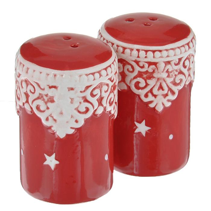 Набор для специй Lillo Кружева, цвет: красный, 2 предметаFCA 120704RНабор Lillo Кружева, состоящий из солонки и перечницы, изготовлен из высококачественной керамики. Изделия украшены красивыми узорами и изображениями звезд. Солонка и перечница легки в использовании: стоит только перевернуть емкости, и вы с легкостью сможете поперчить или добавить соль по вкусу в любое блюдо. Дизайн, эстетичность и функциональность набора позволят ему стать достойным дополнением к кухонному инвентарю.
