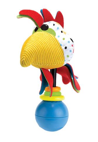 Развивающая игрушка-погремушка Yookidoo Петушок40133Мягкая развивающая игрушка-погремушка Петушок выполнена из текстильного материала различных цветов и фактур в виде симпатичного петушка. Голова петушка крепится на подставку, на которую нанизаны три разноцветных колечка. Нижняя часть головы переходит в развивающий элемент с шуршащим материалом. Играть с такой погремушкой сплошное удовольствие! Если ее встряхнуть, она начинает воспроизводить различные звуковые эффекты, в том числе кукареканье. В комплект входит пластиковое кольцо, благодаря которому игрушку легко можно прикрепить к кроватке, коляске, автокреслу или развивающему коврику. Игрушка работает от 3-х батареек 1,5 V типа AG 13 (входят в комплект). Игрушка-погремушка Петушок поможет ребенку в развитии цветового и звукового восприятия, концентрации внимания, мелкой моторики рук, координации движений и тактильных ощущений, улучшит хватательные навыки малыша, а также подарит отличное настроение.