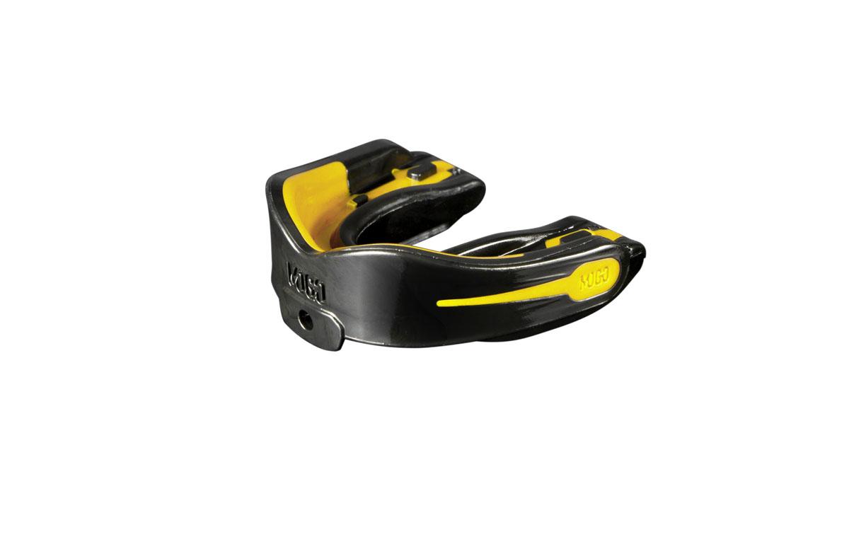 Капа одночелюстная детская MoGo, цвет: черный, желтый, вкус: лимонMOGB-02L-TПоистине революционная технология позволила MoGo придать пластику вкус, создав первую в мире ароматизированную капу. Уникальность технологии в том, что ароматизатор не распылен по поверхности, а внедрен в сам материал. Благодаря этому, вы будете ощущать во рту приятный освежающий вкус каждый раз, как используете капу. Она также предотвращает пересыхание ротовой полости во время соревнований или тренировок, тем самым повышая эффективность вашего дыхания. Капа MoGo прекрасно подходит как для занятий единоборствами, так и для любых видов спорта, где необходима подобная защита. Капа изготовлена по принципу свари и укуси или проще говоря - вам придется предварительно нагреть ее в горячей воде, чтобы потом с легкостью подогнать под вашу челюсть. Продуманный дизайн гарантирует вам максимум защиты, отдачи, комфорта и свободы дыхания во время тренировок. Все ароматизаторы изготовлены из натуральных компонентов. Все вкусовые добавки и материалы одобрены Управлением по контролю...