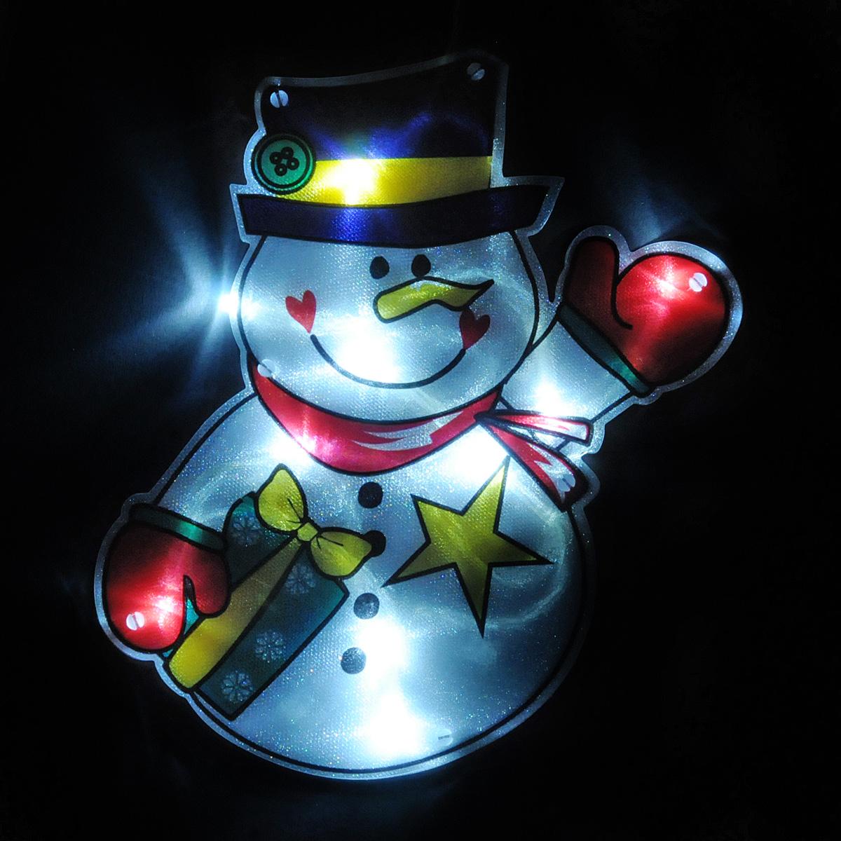 Светильник Lunten Ranta Снеговик, 17 см х 21 см66423Светильник Lunten Ranta Снеговик выполнен из высококачественного пластика. Особенностью данной фигурки является наличие светодиодного устройства, благодаря которому украшение светится. Светильник оснащен силиконовой присоской для крепления к стеклу. Такой оригинальный светильник оформит интерьер вашего дома или офиса в преддверии Нового года. Оригинальный дизайн и красочное исполнение создадут праздничное настроение. Кроме того, это отличный вариант подарка для ваших близких и друзей. УВАЖАЕМЫЕ КЛИЕНТЫ! Светильник работает от 3-х батареек типа ААА. Батарейки не входят в комплект.